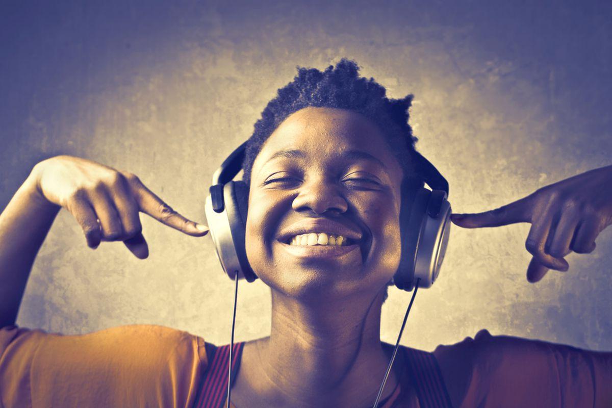 foto mulher ouvindo musica