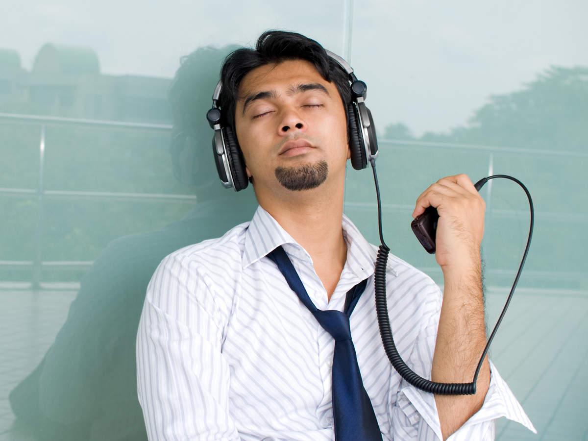 foto homem ouvindo musica