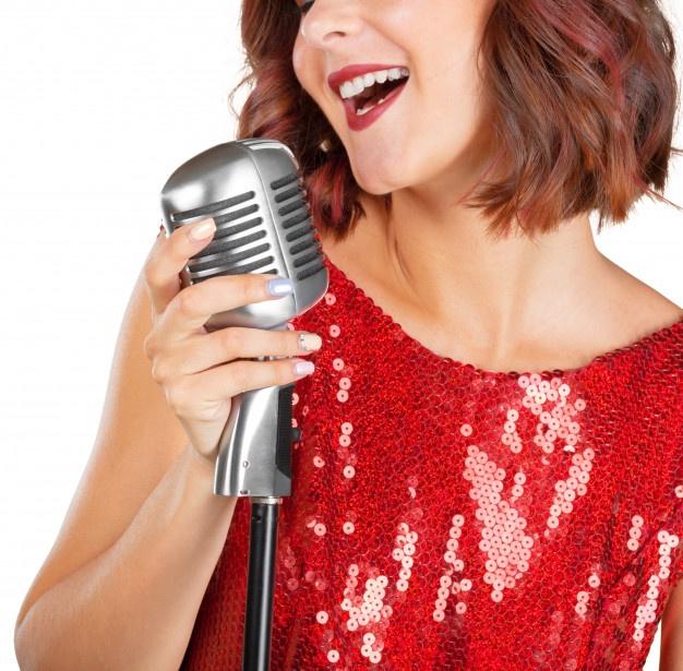 bela-cantora-cantando-uma-cancao_93675-29202