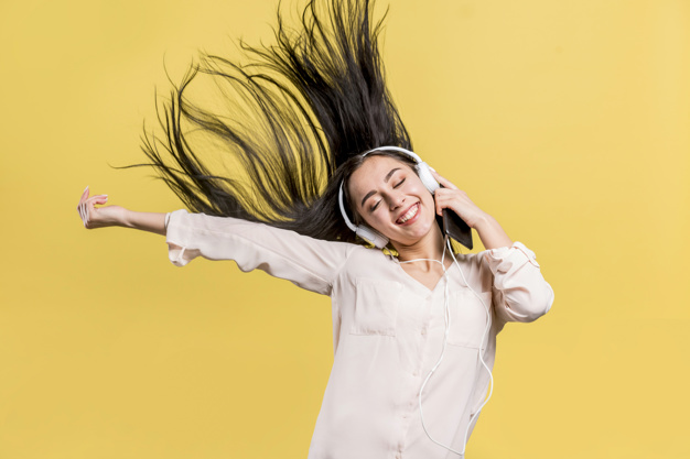 mulher-feliz-escutar-musica_23-2148170049