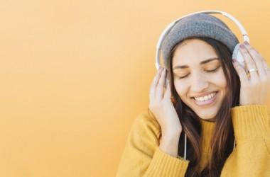 sensibilidade mujer-joven-feliz-escuchando-musica-auriculares_23-2148204643