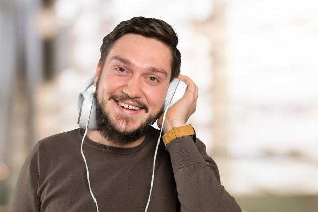 homem ouvindo