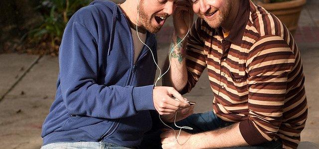 dois-homens-ouvir-musica