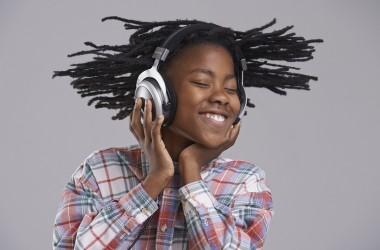 Menina-ouvindo-música