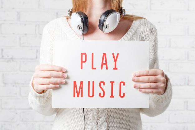 conceito-de-pessoas-lazer-e-tecnologia-mulher-feliz-ou-adolescente-em-fones-de-ouvido-ouvindo-musica_155165-6765