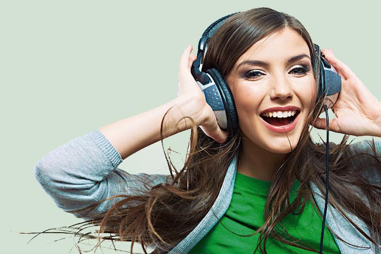 mulher-ouvindo-musica-