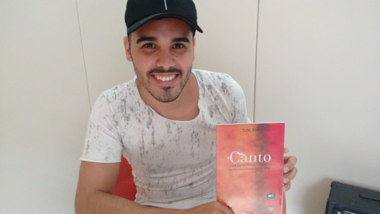 Rafael Folha com livro